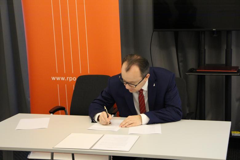 RPO Adam Bodnar podpisuje deklarację