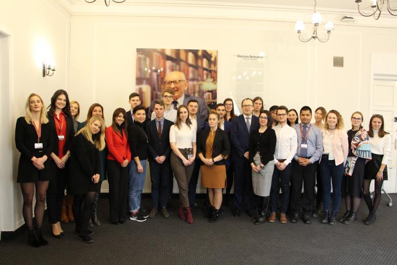 Uczestnicy programu Akademia Młodych Dyplomatów z RPO Adamem Bodnarem