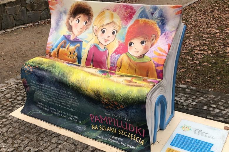 Ławka w parku zdrojowym w kształcie książki dla dzieci