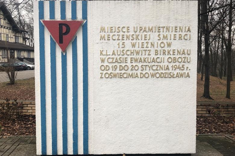 Pomnik-tablica z pasiakami