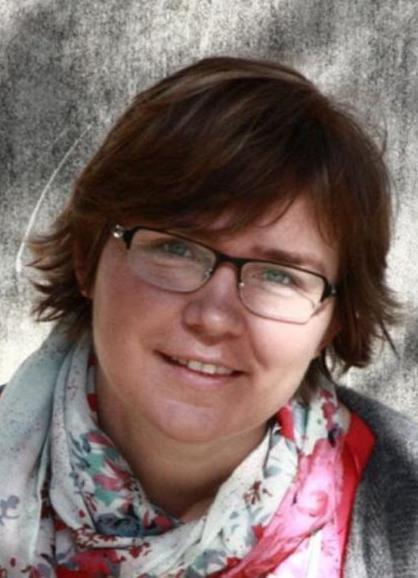 Młoda kobieta w okularach i kolorowej chuście wokół szyi