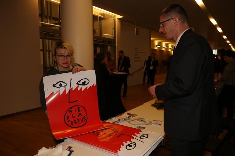 Kobieta zwija w rulon biało-czerwony plakat