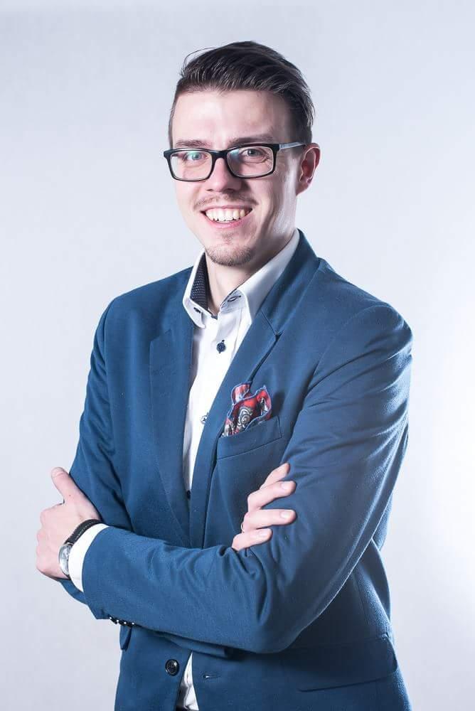 Młody mężczyzna w niebieskim garniturze