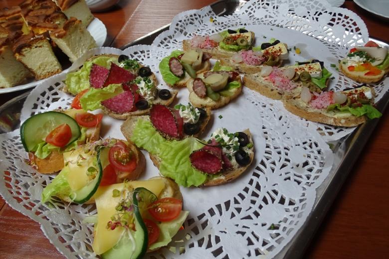 Zdjęcie: pięknie udekorowane kanapki na talerzu