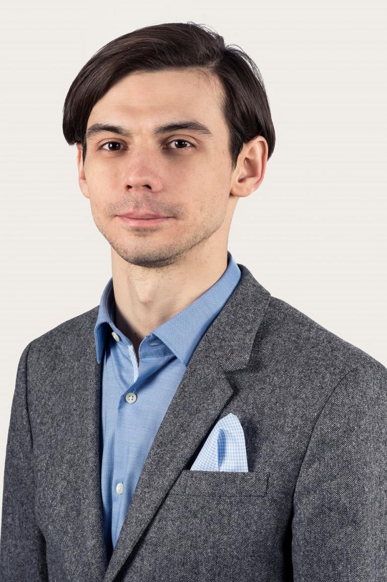 Mężczyzna w garniturze i rozpiętej koszuli
