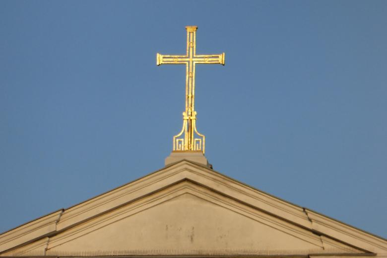 Tympanon kościoła z krzyżem