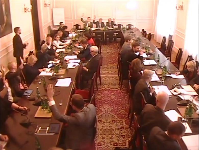 Komisja sejmowa, posłowie podnoszą rękę w głosowaniu
