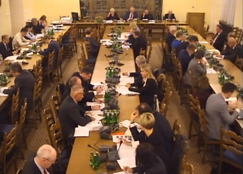 Zdjęcie z komputera: posłowie na sali posiedzeń komisji
