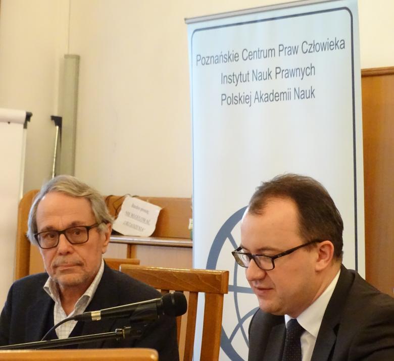 Widok na prezydium: Adam Bodnar i prof. Roman Wieruszewski