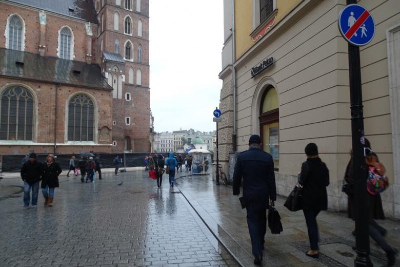 Stare miasto i kościół, ludzie