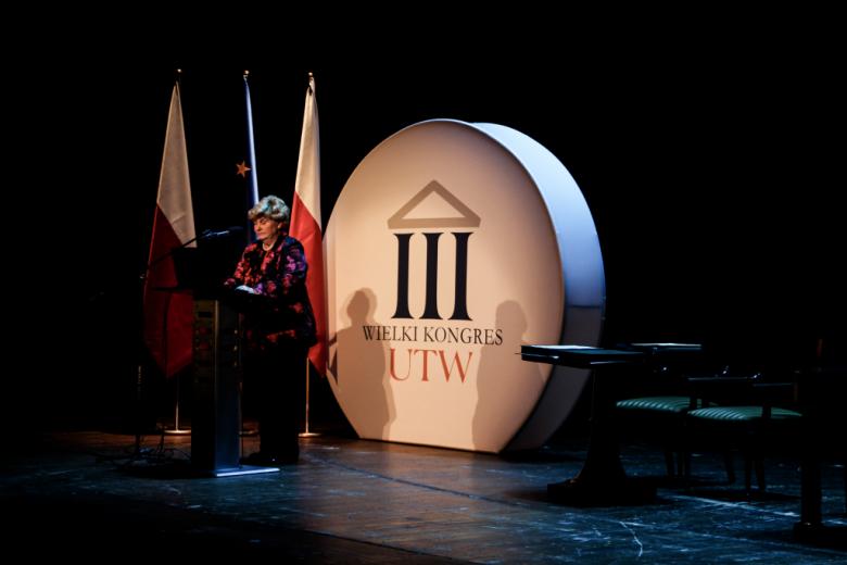 Kobieta na scenie przy mówinicy