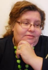Kobieta w zielonych koralach