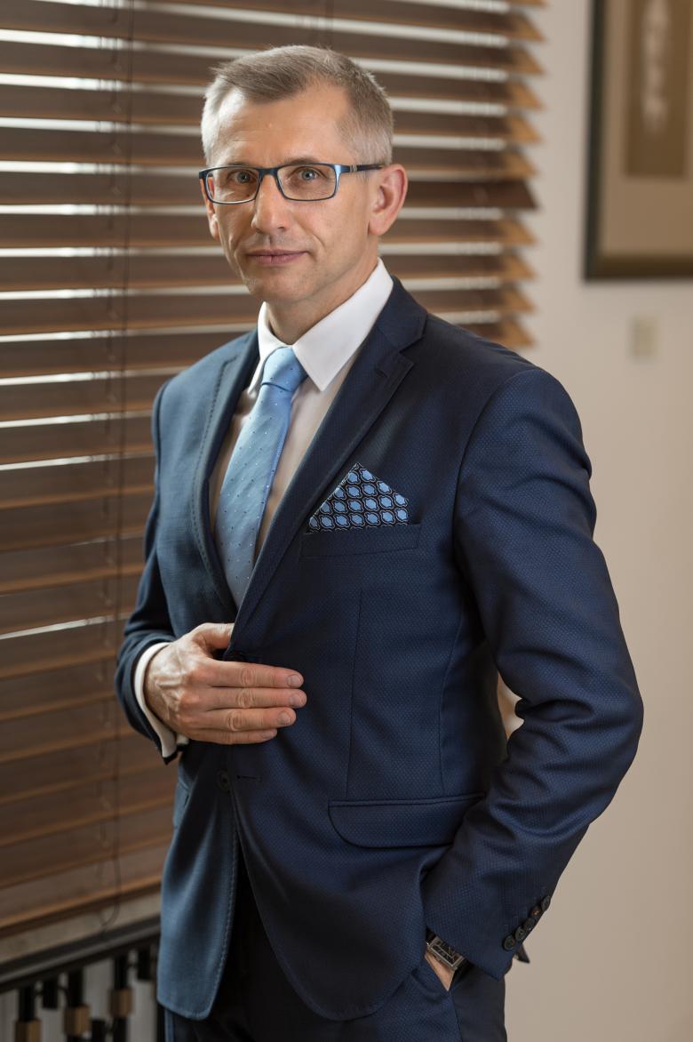 Mężczyzna w garniturze, ujęcie 3.4 sylwetki