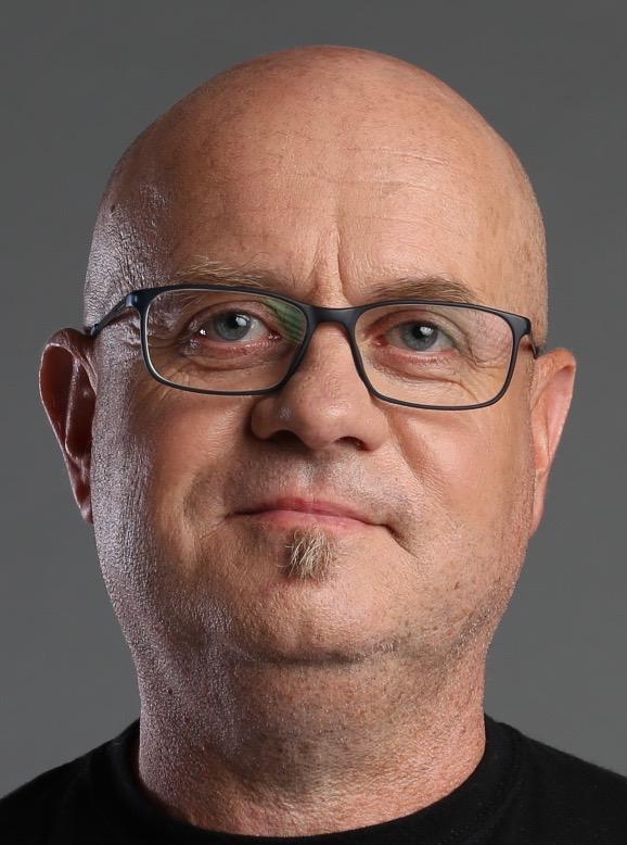 Zdjęcie portretowe mężczyzny w okularach