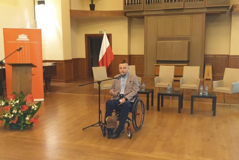 Osoba z niepełnosprawnością przemawia