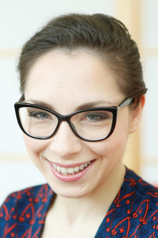 Uśmiechnięta kobieta w okularach