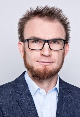 Mężczyzna z brodą w okularach