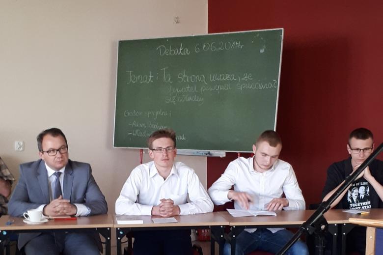Trzej uczniowie i RPO przed tablicą