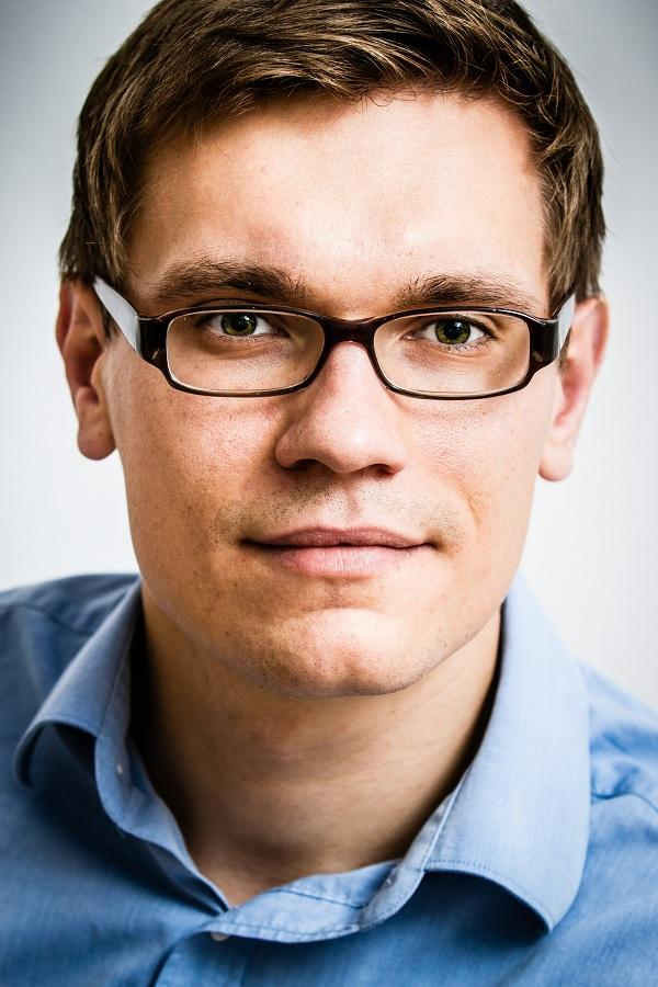 Mężczyzna w niebieskiej koszuli i okularach