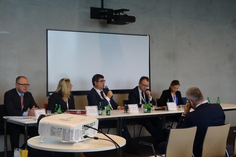 Zdjęcie: paneliści i publiczność, na pierwszym planie - biały rzutnik