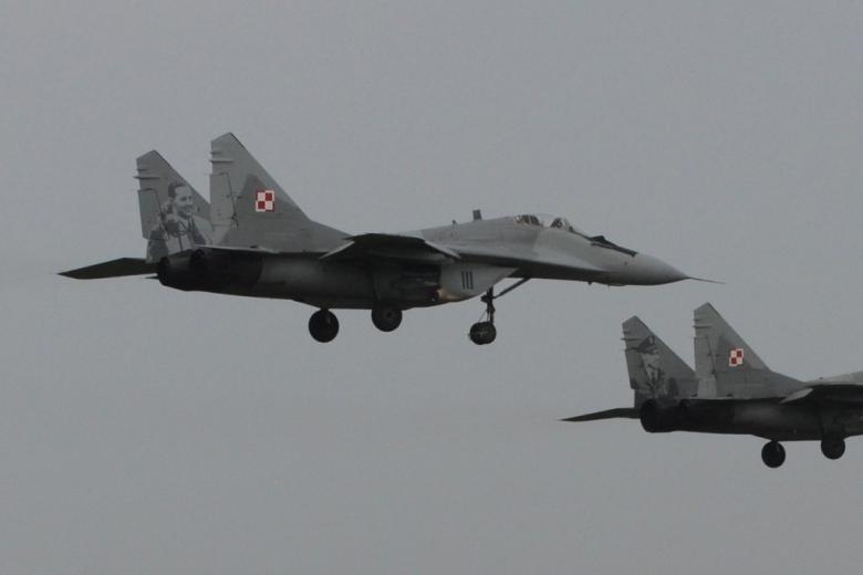 Dwa samoloty myśliwskie z Polskich Sił Zbrojnych w powietrzu