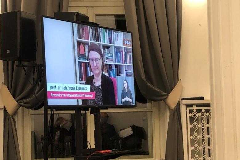Zdjęcie ekranu, na którym widać twarz kobiety