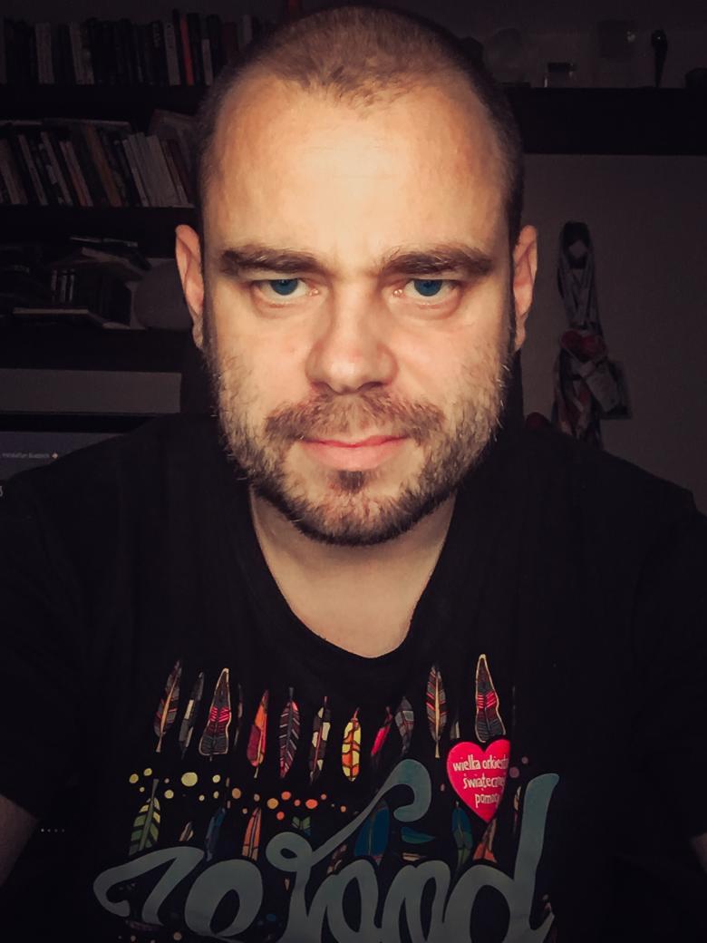 zdjęcie portretowe mężczyzny w czarnym t-shirt