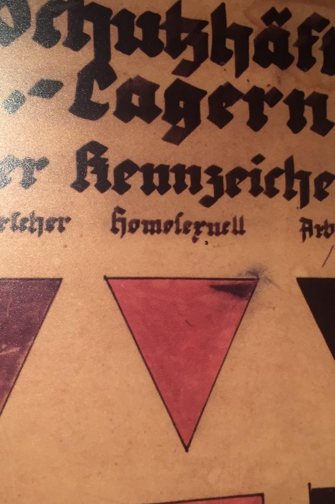 Niemiecki napis gotycką czcionką i różowy trójkąt
