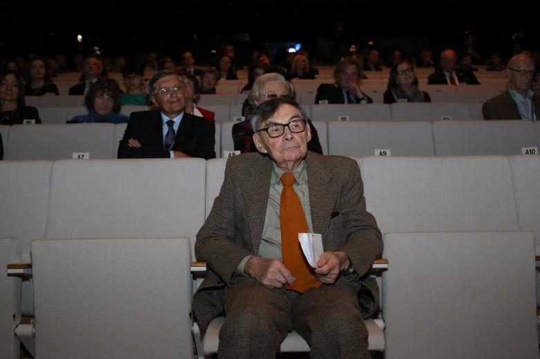 Mężczyzna w pierwszym rzędzie audytorium