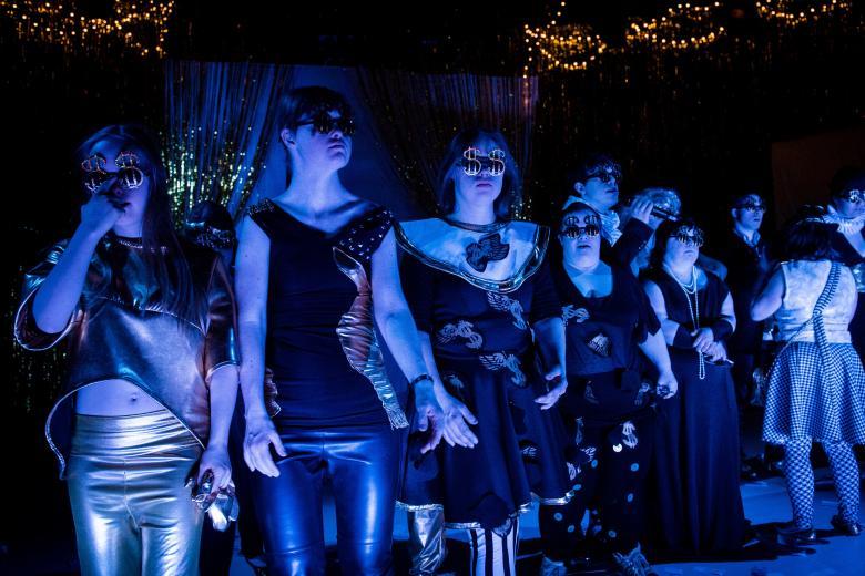 Aktorzy podświetleni niebieskim światłem grają w Teatrze 21