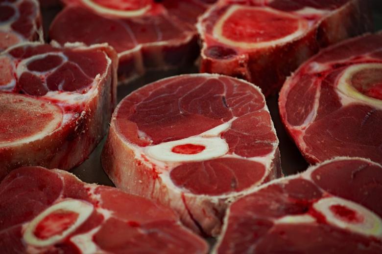 Kawałki surowego mięsa zwierzęcego