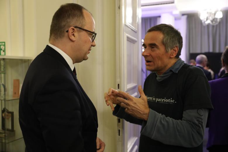 Dwaj mężczyźni rozmawiają