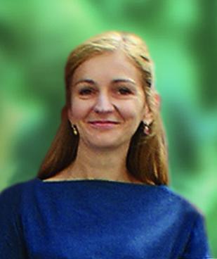 Kobieta w niebieskiej koszuli na zielonym tle