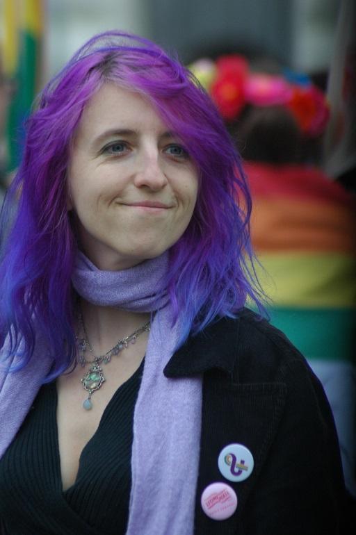 Kobieta z fioletowymi włosami