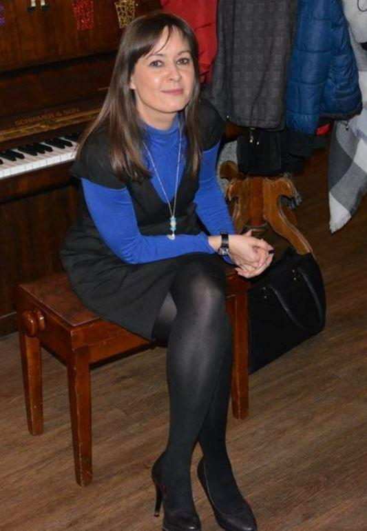 Kobieta w niebiesko-ciemnym ubraniu