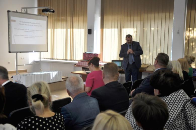 Mężczyzna przedstawia prezentację grupie ludzi