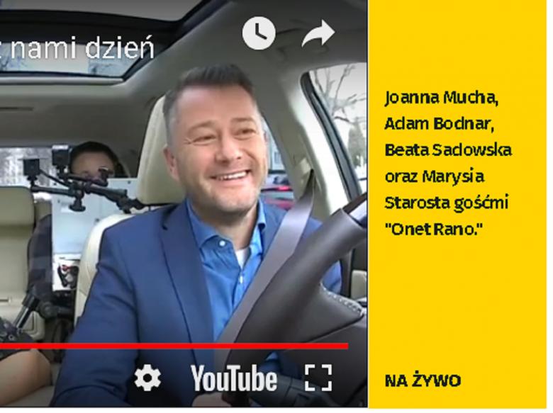Screen ekranu: Dziennikarz za kierownicą samochodu, w którym rozmawia z gośćmi, i lista tych gości