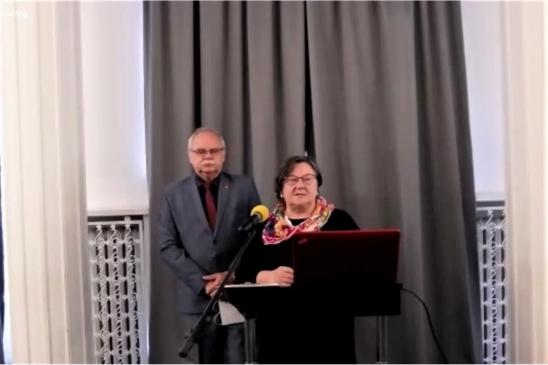 Dwie osoby stoją za pulpitem podczas otwarcia konferencji