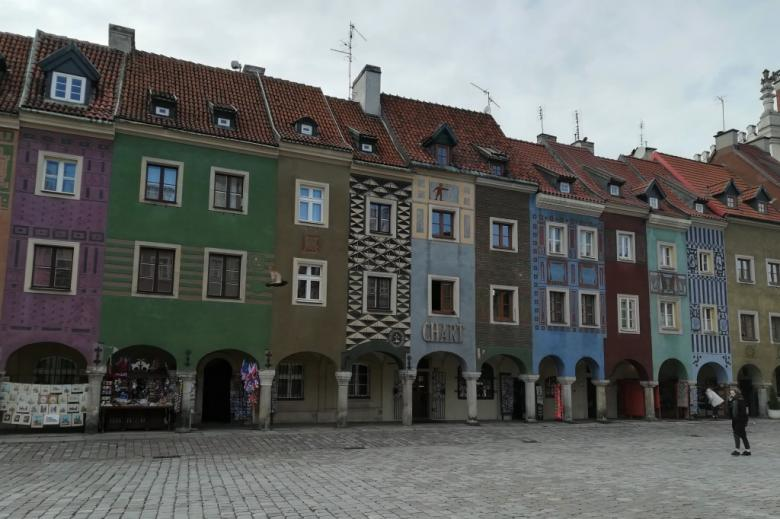 Kolorowe kamieniczki piętrowe