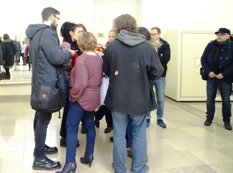 Kobieta z dredami rozmawia z dziennikarzami