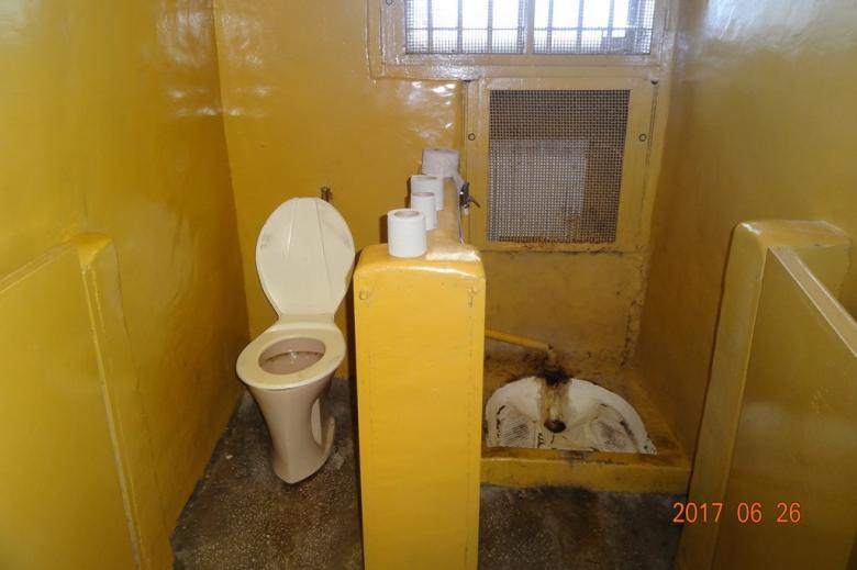 Bardzo brudne pomieszczenie z brudną toaletą