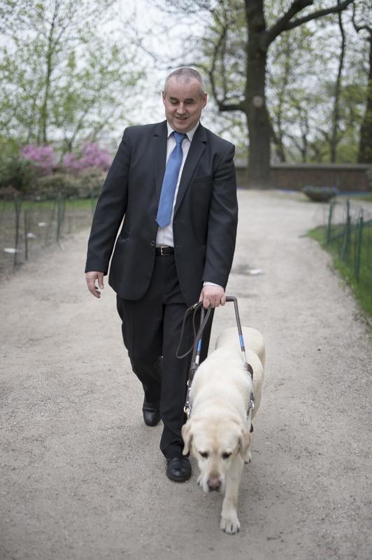 Mężczyzna z psem przewodnikiem