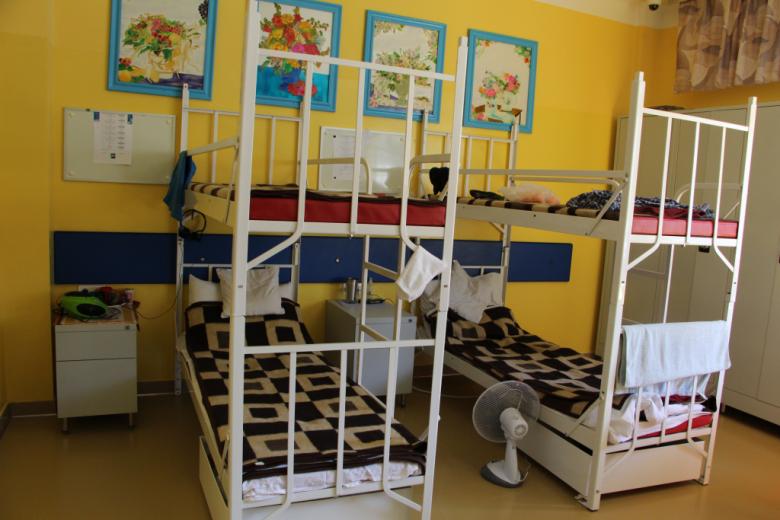 Sala dla pacjentów z piętrowymi łóżkami