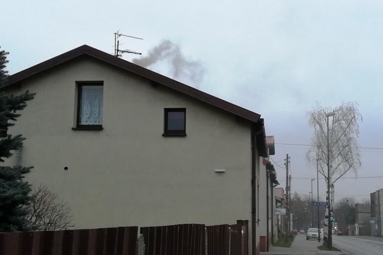 Czarny dym unosi się zza domu