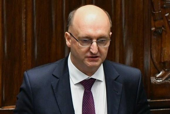 zdjęcie mężczyzny w okularach na mównicy sejmowej