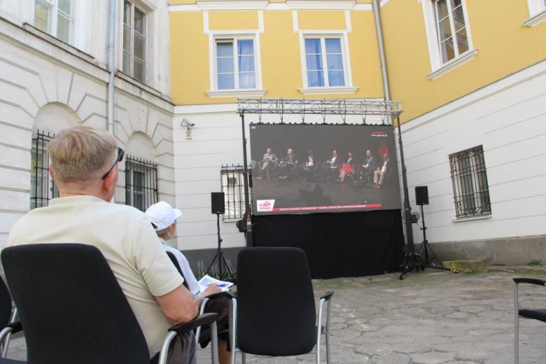 Osoby oglądają ekran z filmem