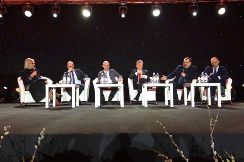 Pięciu mężczyzn i kobieta - paneliści debaty.