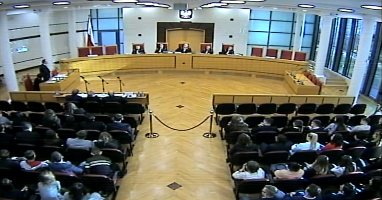 Sala Trybunału, mężczyzna stoi