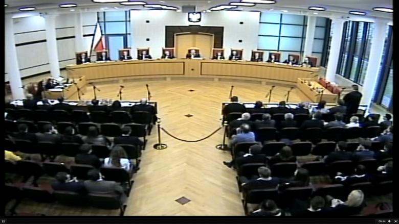 Zdjęcie: widok na salę Trybunału Konstytucyjbnego: sędziowie i uczestnicy postępowania