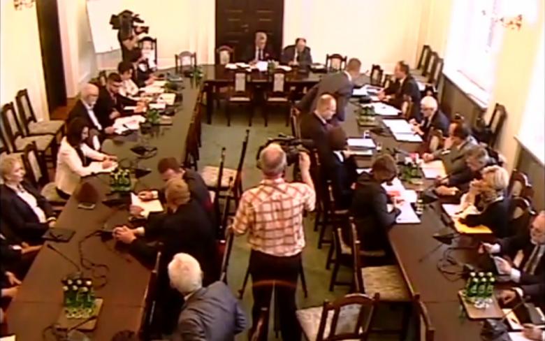 Zdjęcie z kamery internetowej: ludzie na sali posiedzeń